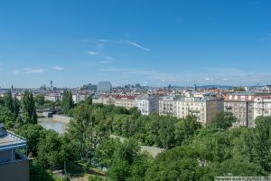 Nahe grünem Prater und mit Fernblick über den Donaukanal
